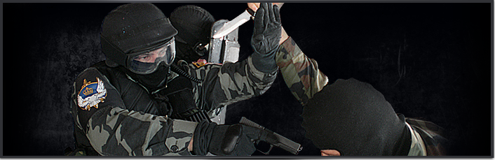 Trainingsszene der Polizei Verteidigung gegen Angriff mit Messer