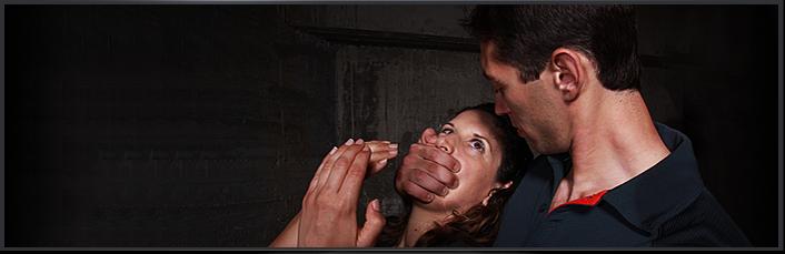 Trainingsszene Krav Maga mit Frau in der Opferrolle